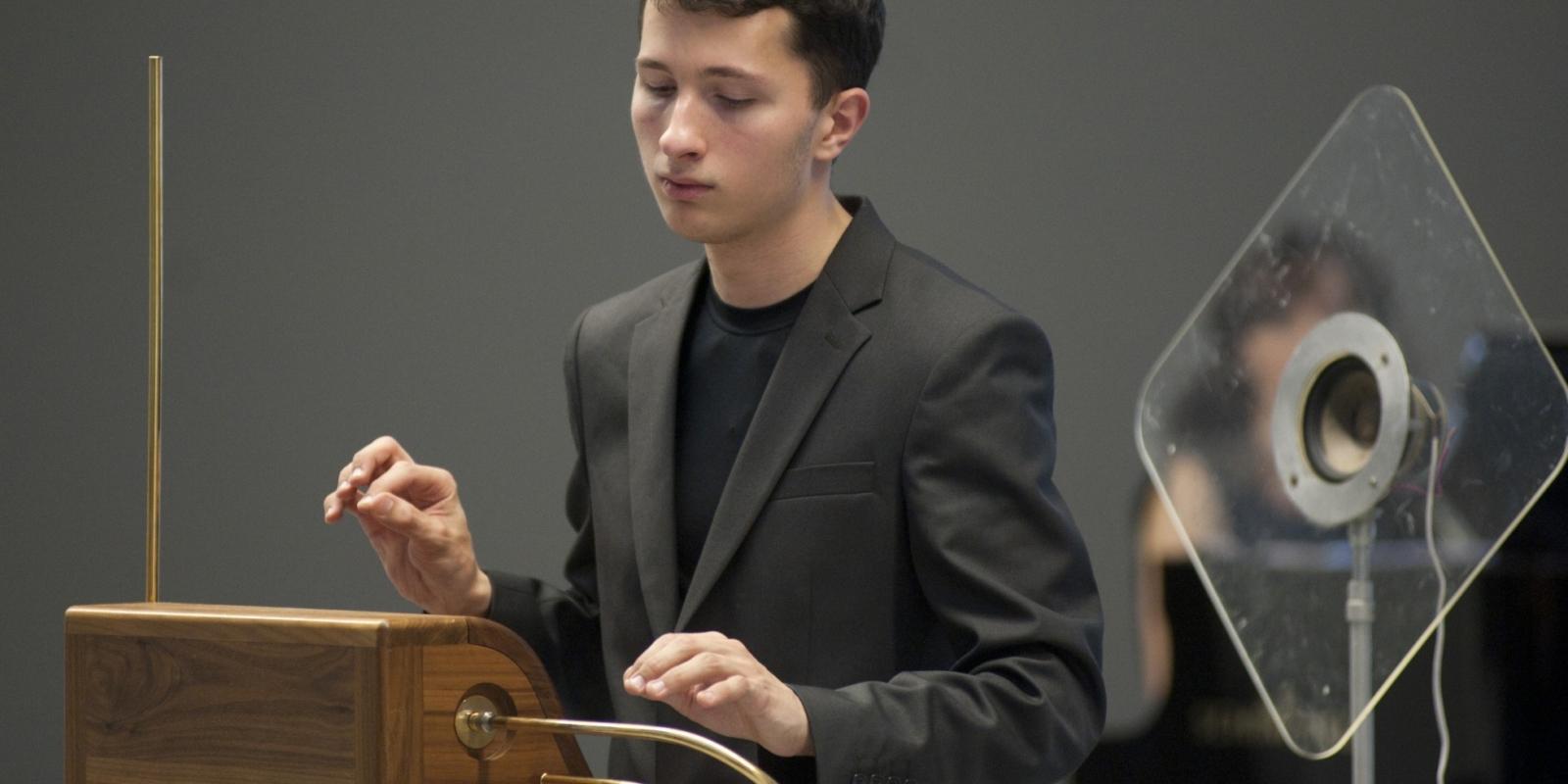 Петр Термен играет на терменвоксе