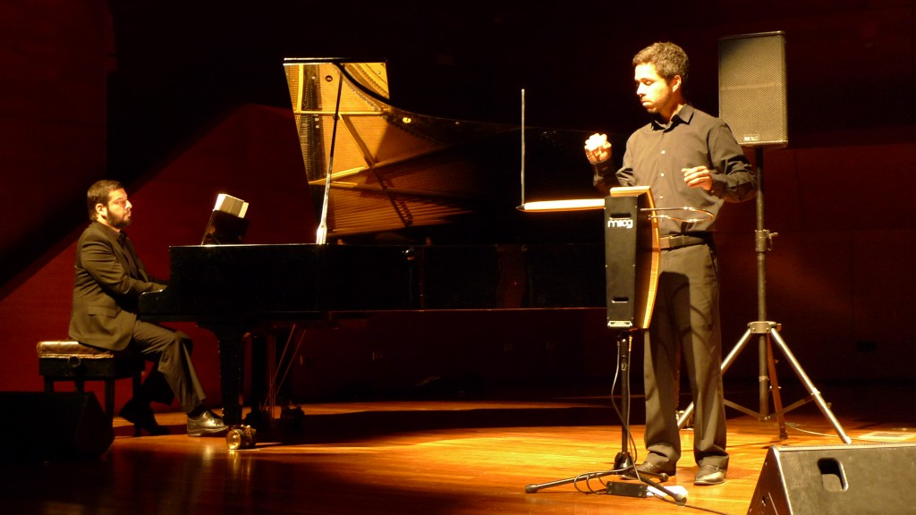 Cristian Torres play theremin