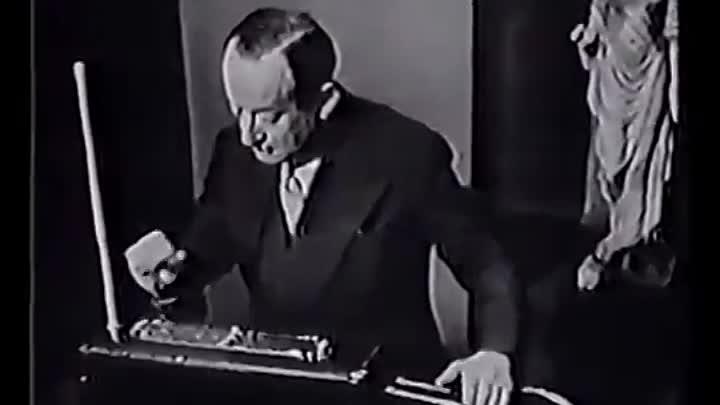Сэмюэль Хоффман играет на терменвоксе