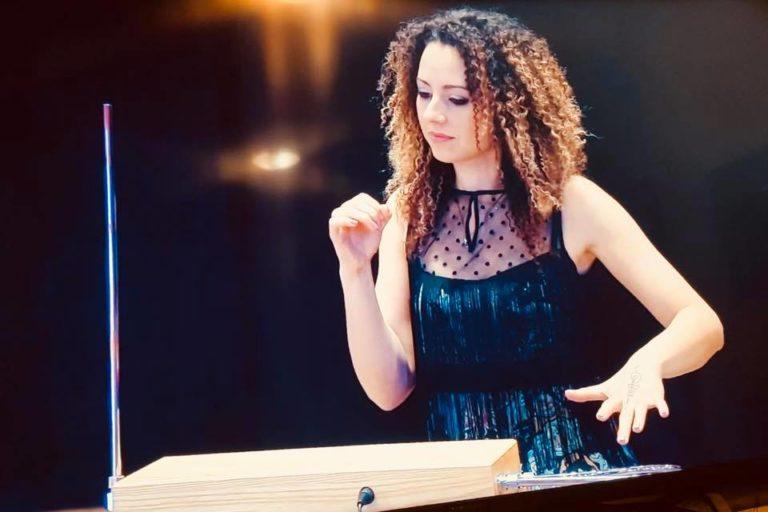 Лина Гервази - исполнительница на терменвоксе